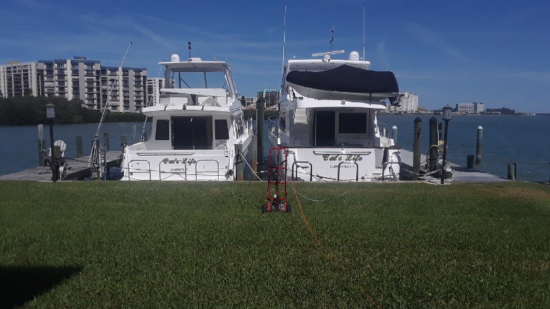 belleaire beach fl, divers cleaning yacht hull